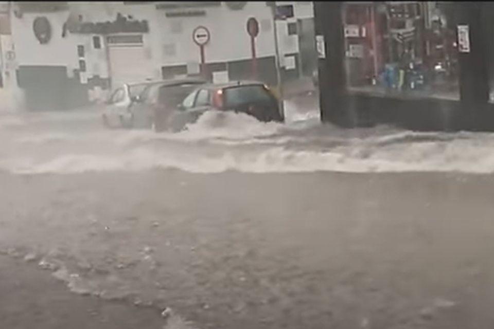 Chuva em São Carlos (SP) causa alagamentos e arrasta carros
