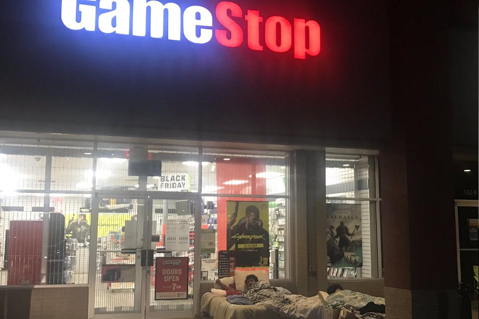 Fãs dormem em frente a GameStop atrás de um PS5 ou Xbox Series X