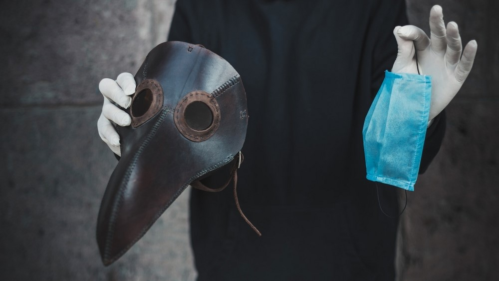 Máscara utilizada durante as epidemias da Idade Moderna x máscara descartável atual