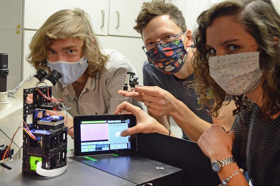 Jovens pesquisadores criam microscópio modular barato e versátil