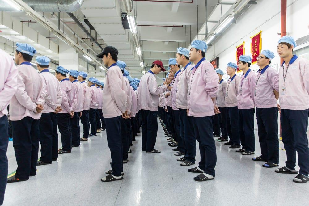 Trabalhadores da Pegatron Corp., parceira da Apple, em uma fábrica em Xangai.