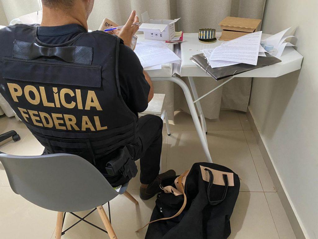 Ação da Polícia Federal envolve mandados de busca e apreensão.