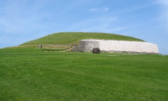 The Newgrange tomb, in the Boyne Valley Archaeological Ensemble (Photo: Wikipedia)