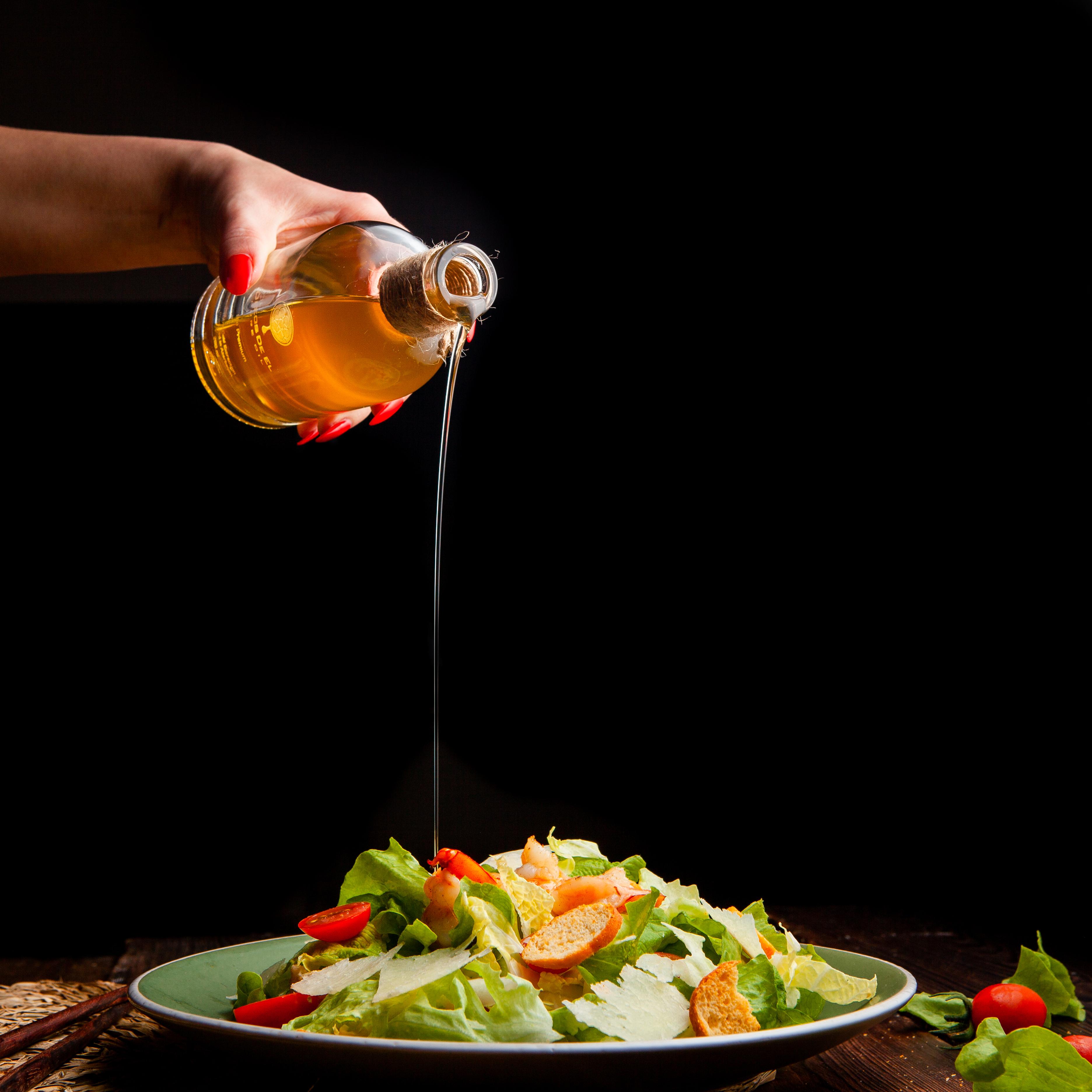 Azeite sendo utilizado em saladas e preparações frias