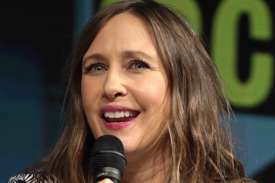 Gavião Arqueiro: Vera Farmiga aparece em vídeo de bastidores da série