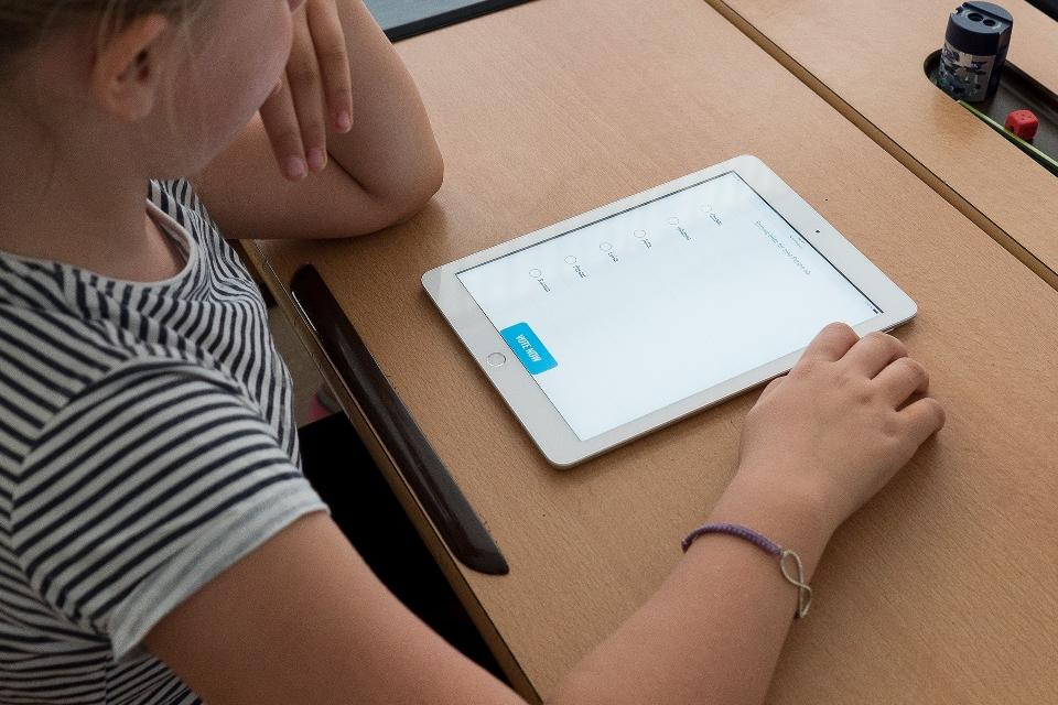 Escola do RJ implementa ensino 100% digital e abre vagas para bolsas
