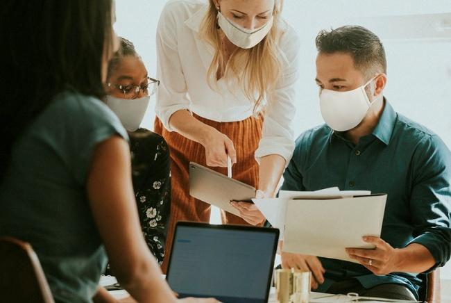 As máscaras também são obrigatórias no ambiente de trabalho.