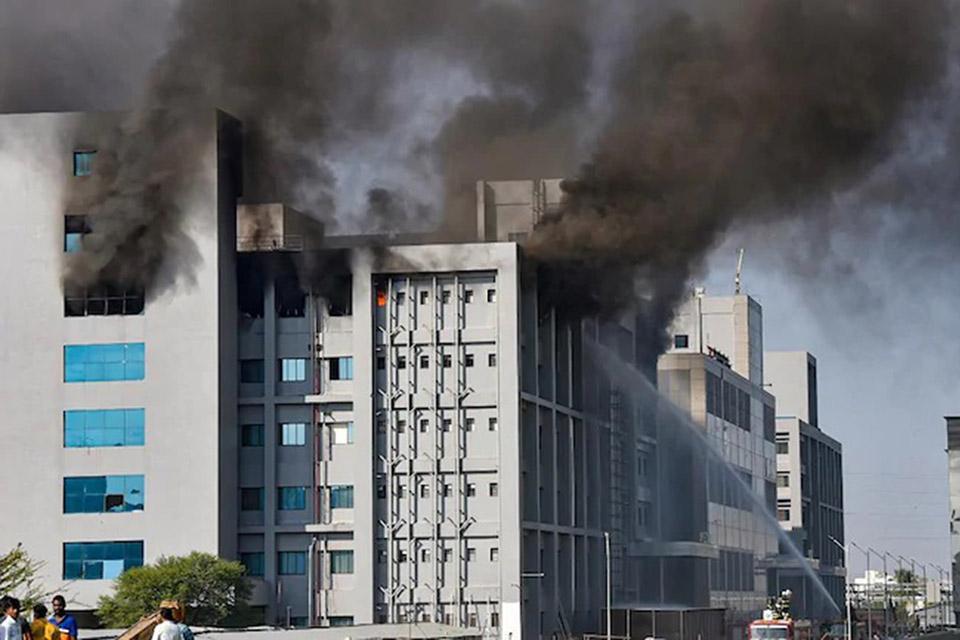 Fabricante da vacina de covid-19 é atingido por incêndio na Índia