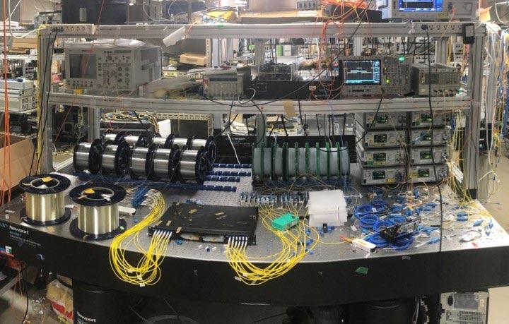 Configuração experimental de fibra óptica utilizada no estudo. (Fonte: NCTI, SciTech Daily / Reprodução)