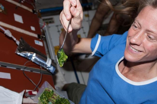A cozinha da ISS vive movimentada.