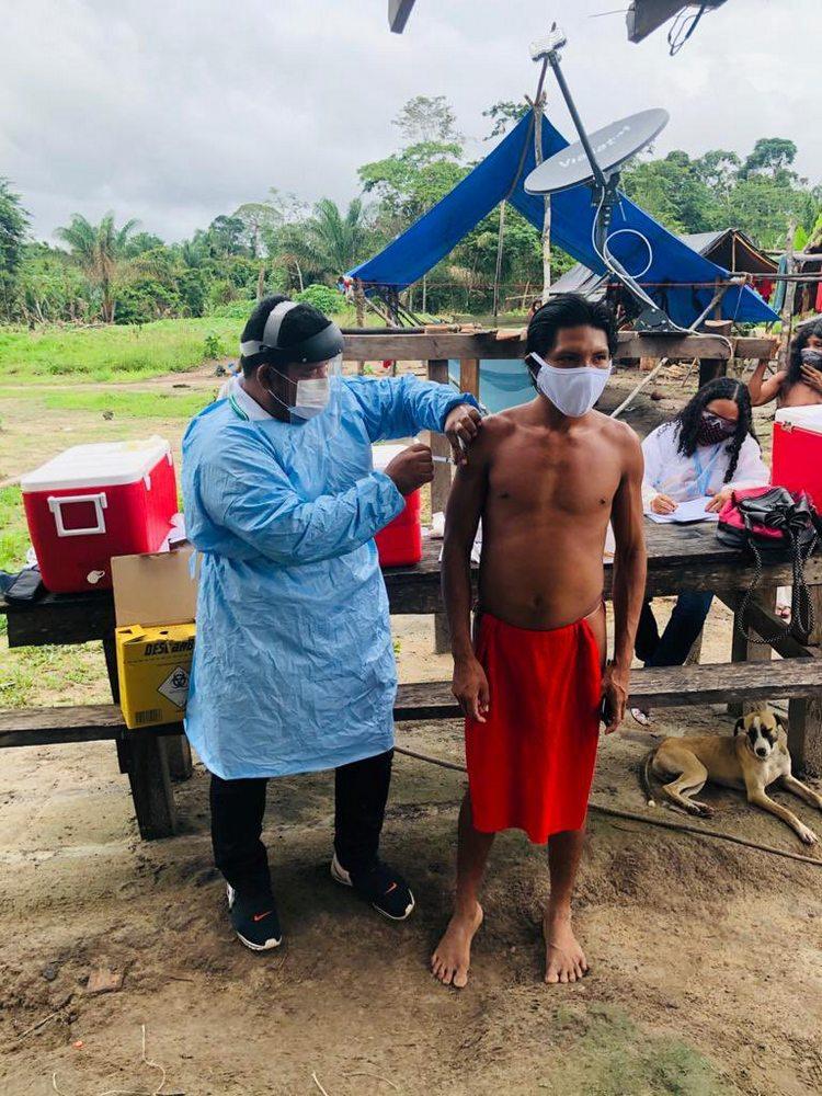 Members of the Mukuru indigenous village in Amapá are vaccinated against covid-19.