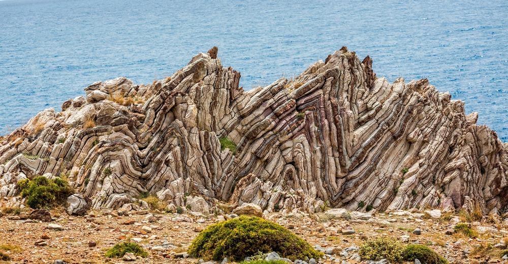 As dobras geológicas extremas de Agios Pavlos, na Grécia, mostram camadas de calcário originalmente depositadas nas profundezas do oceano, e subiram à superfície juntamente com os Alpes.