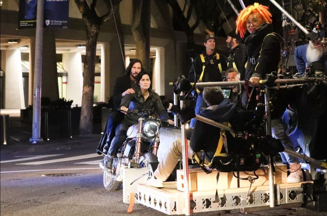 Keanu Reeves, Carrie-Anne Moss e Lana Wachowski em 'Matrix 4'.
