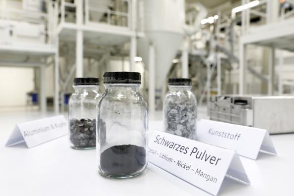 """""""Pó preto"""" e substâncias individuais obtidos por processos hidrometalúrgicos (Fonte: Volkswagen/Divulgação)"""