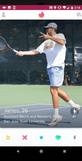 Interface do Tinder mostrando um perfil masculino