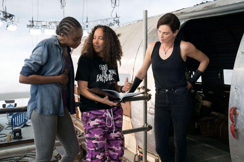 Diretora Gina Prince-Bythewood e as atrizes Kiki Layne e Charlize Theron no set de The Old Guard (2020).