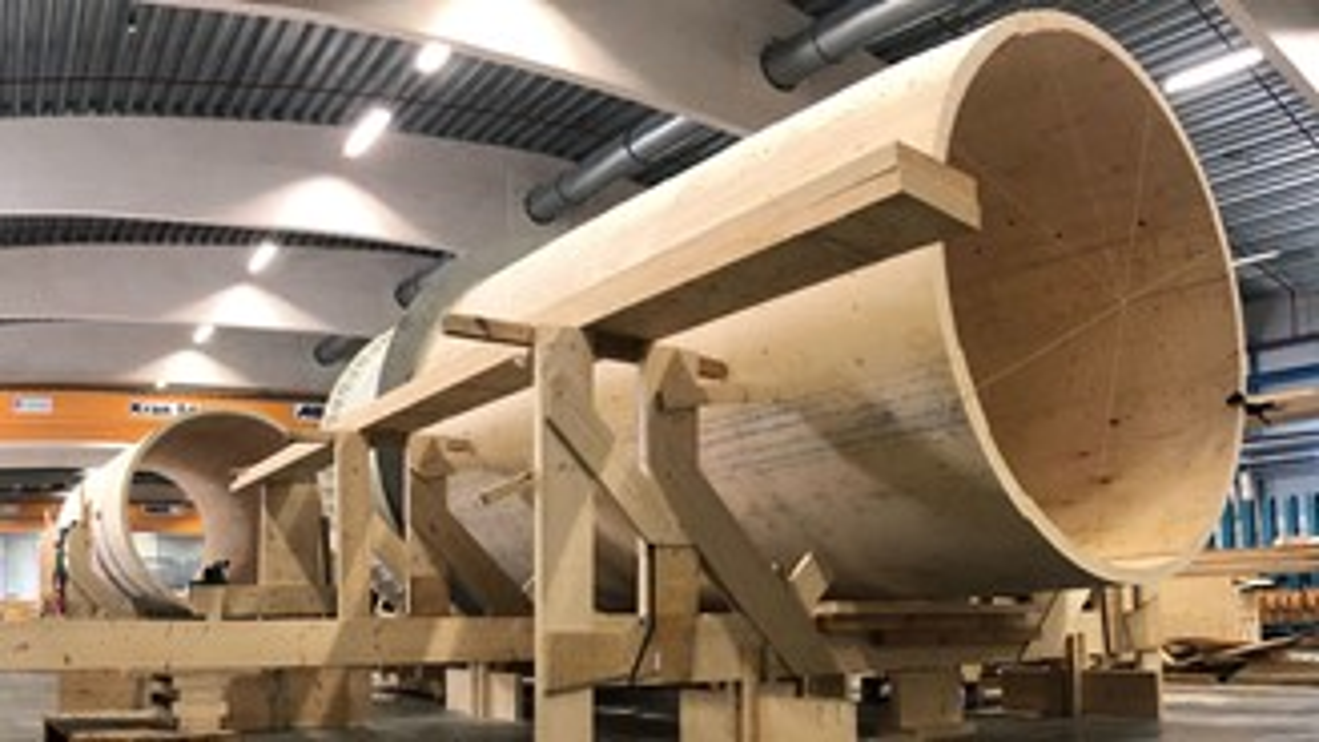 Torres eólicas sendo construídas com madeira engenheirada