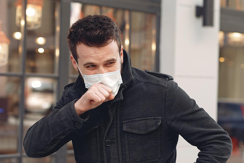 Homem com covid-19 é preso após contaminar carros estacionados