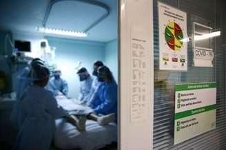 Doctors assist a patient with covid-19 in serious condition in the ICU of a hospital in Porto Alegre.