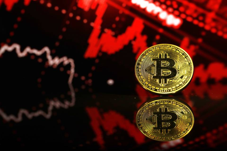 Bitcoin desvaloriza quase 11% em 24 horas; analistas indicam reajuste