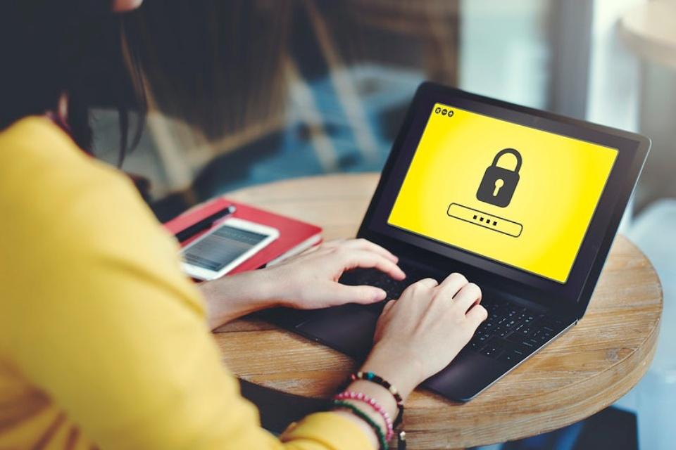 Hackers vazam quase 1 milhão de senhas de internautas brasileiros