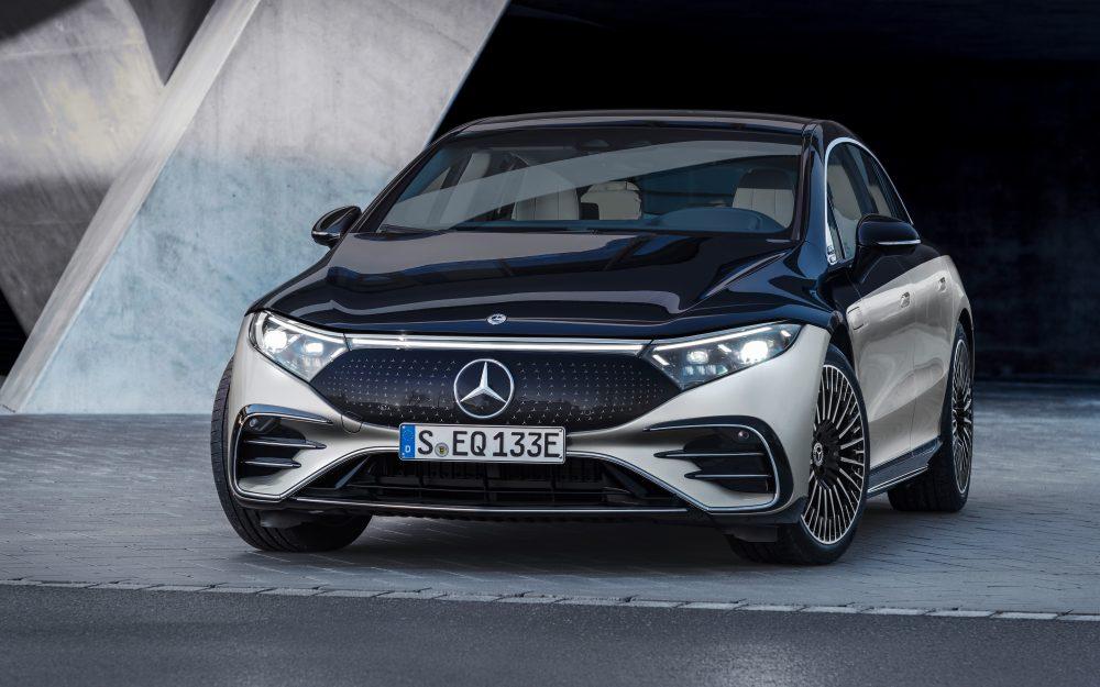Painel preto toma o lugar da grade tradicional no Mercedes-Benz EQS.