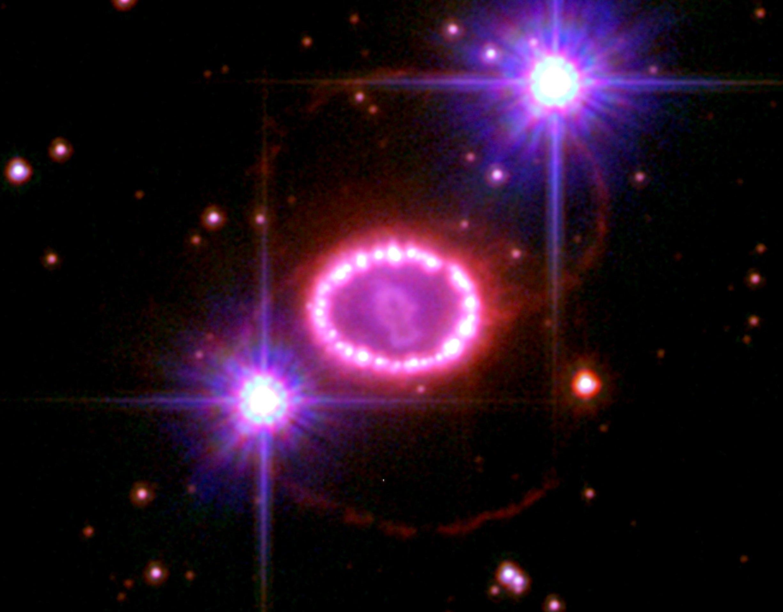 O que restou da supernova 1987A (uma supernova do tipo II), captada pelo telescópio espacial Hubble.