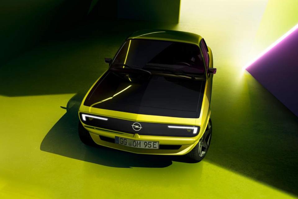Opel Manta GSe ElektroMOD traz tela digital na grade frontal