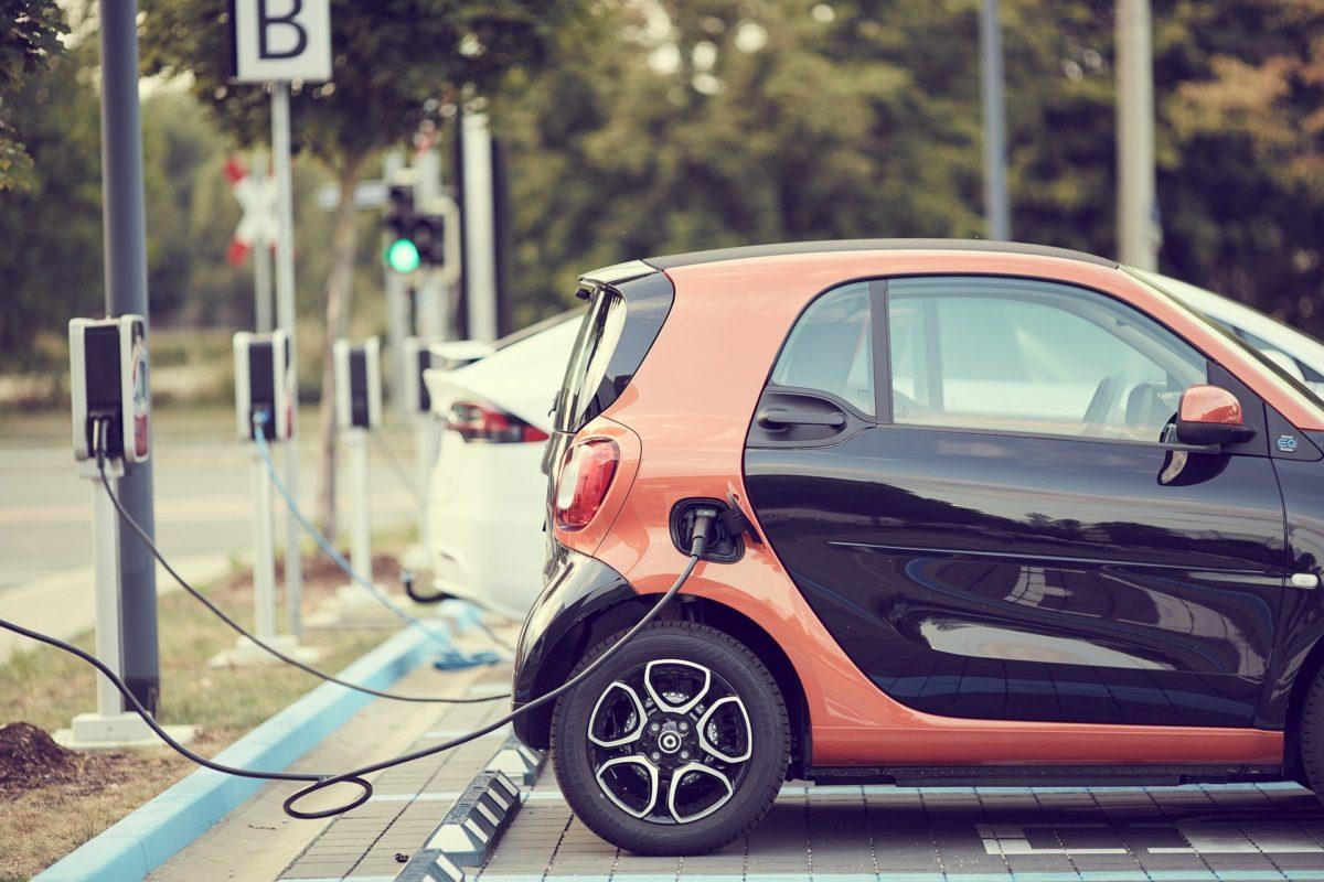 Carregar a bateria dos veículos elétricos é uma dor de cabeça para alguns motoristas.