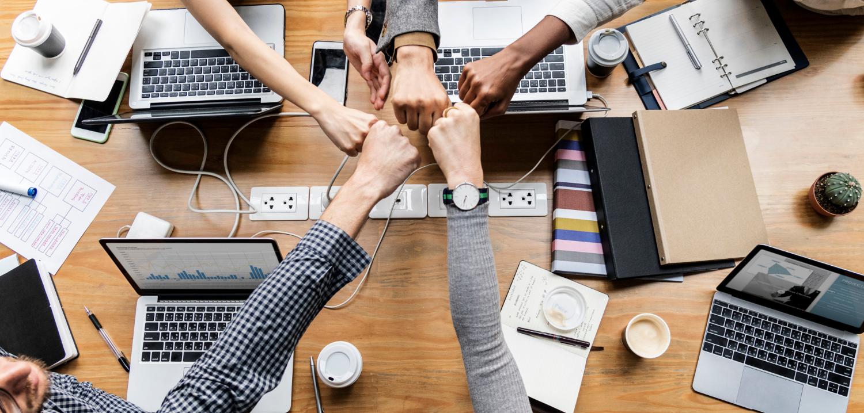 Capacidade de trabalhar em equipe é essencial. (Fonte: Freepik)