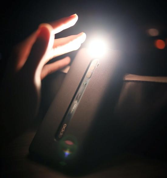 Não é preciso baixar nenhum app para acionar a lanterna do celular.