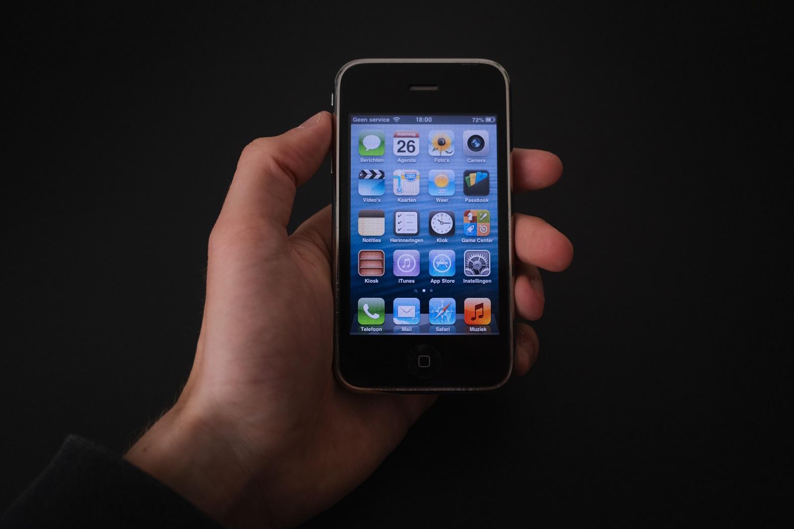 App para iPhone deixa usuário navegar no clássico iOS 4, de 2010