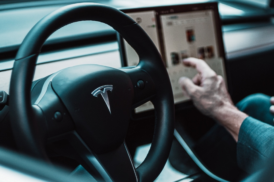 Tesla: nova atualização de sistema restaura recursos do Autopilot