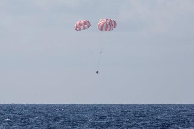 A nave terá o auxílio de paraquedas na descida, assim como em outras missões.