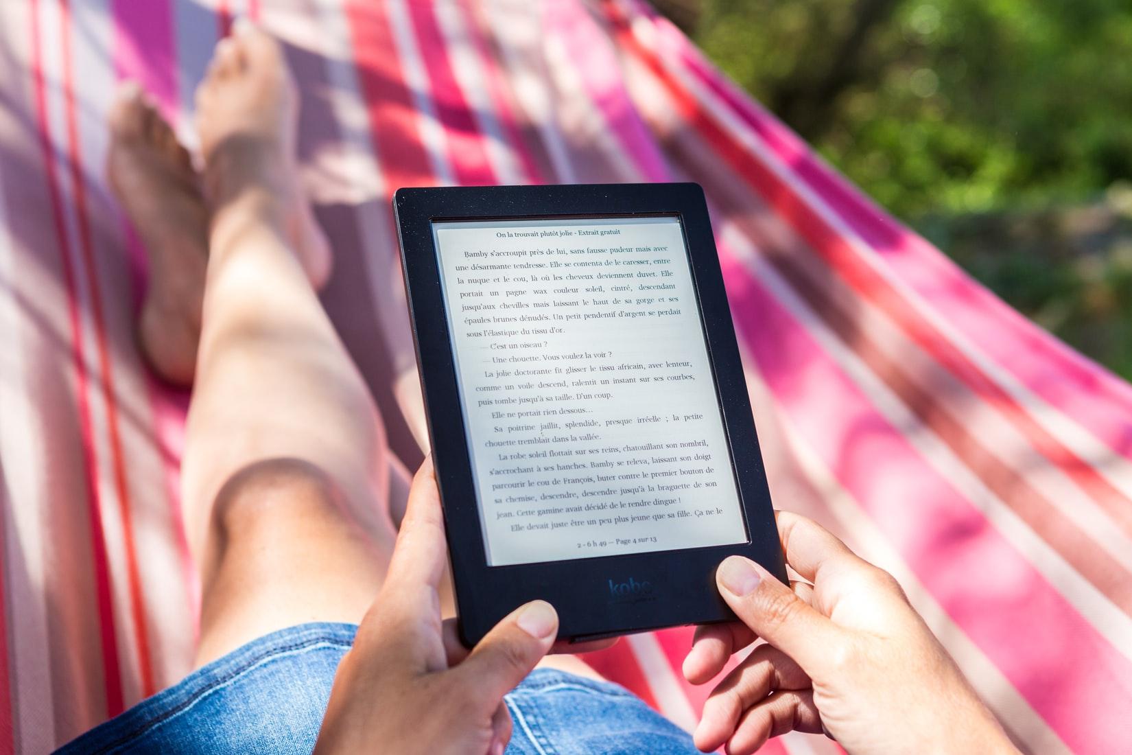 Fácil de transportar, com o Kindle você pode ter centenas, ou até milhares de livros sempre com você.