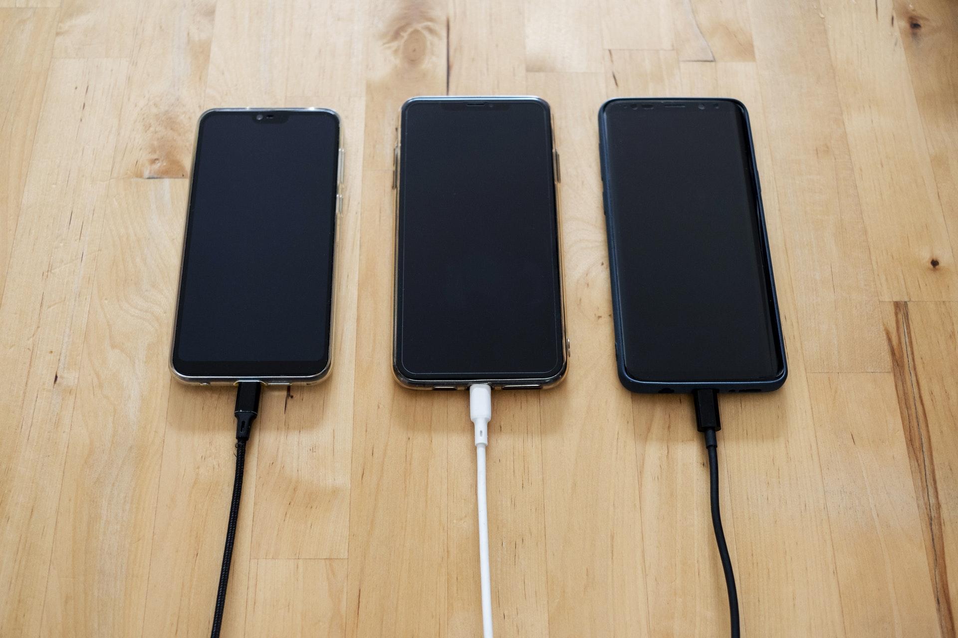 Os cabos USB-C trazem suporte a carregamento rápido.