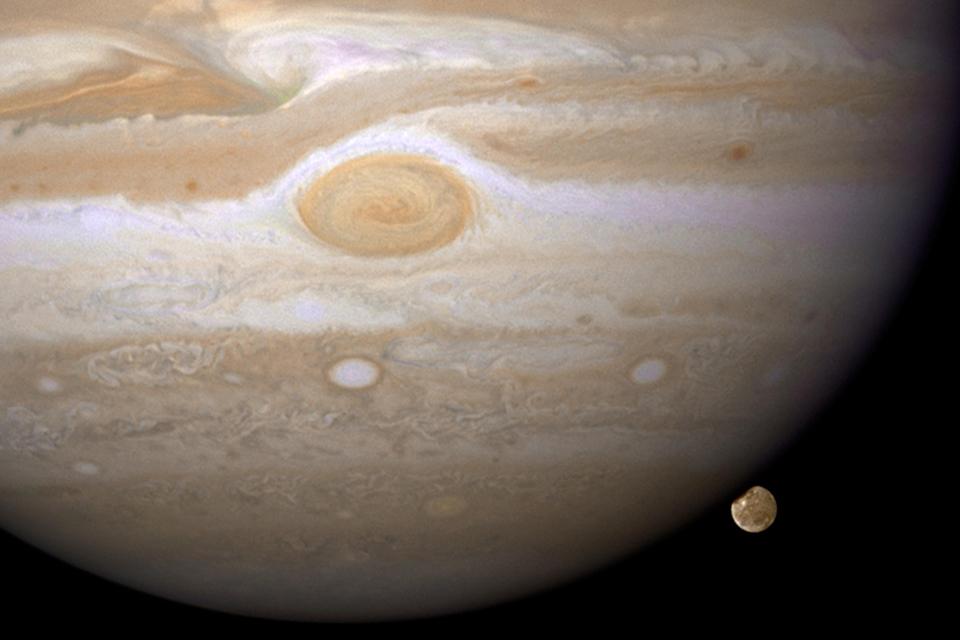 Hubble encontra evidência de vapor de água em lua de Júpiter
