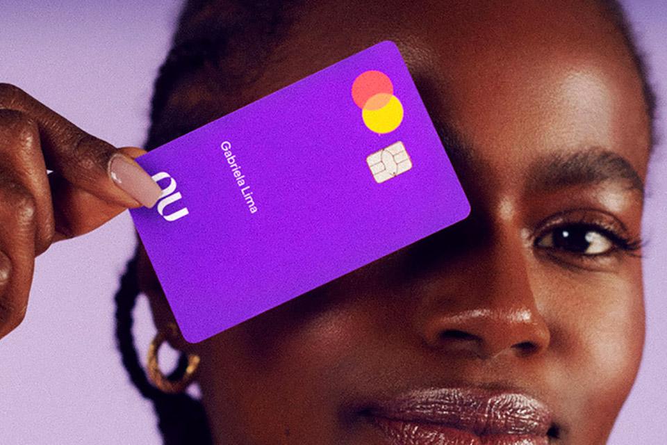 Nubank vai aumentar limite do cartão de quase todos os clientes