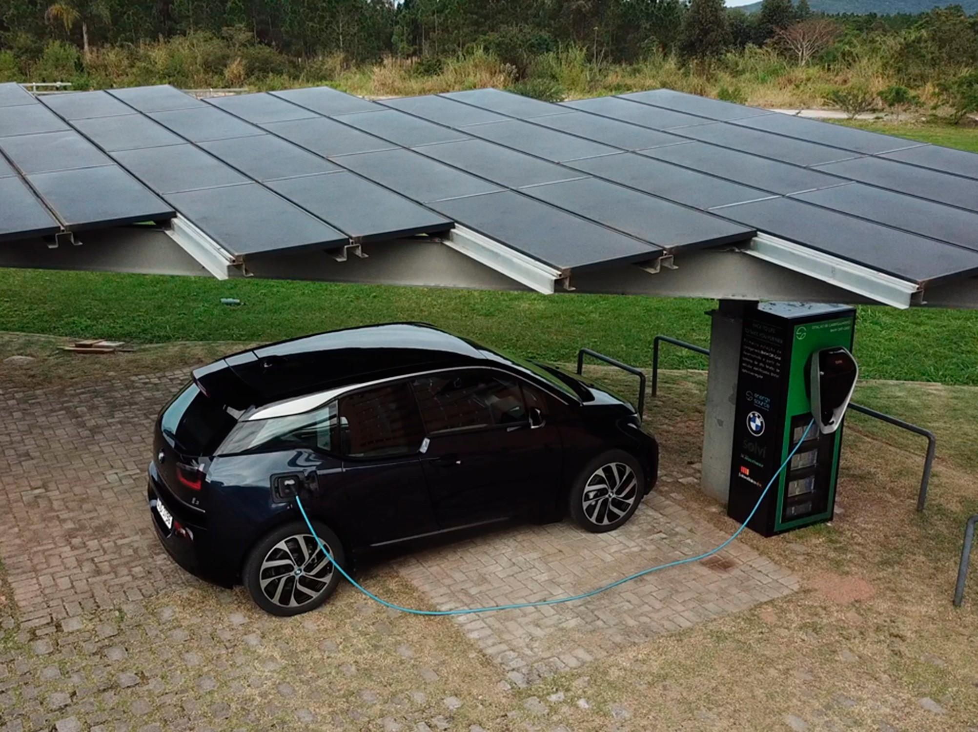 Estações de recarga utilizam sol para ter energia limpa e não depender de rede pública elétrica. (Fonte: BMW Group Brasil/Divulgação)