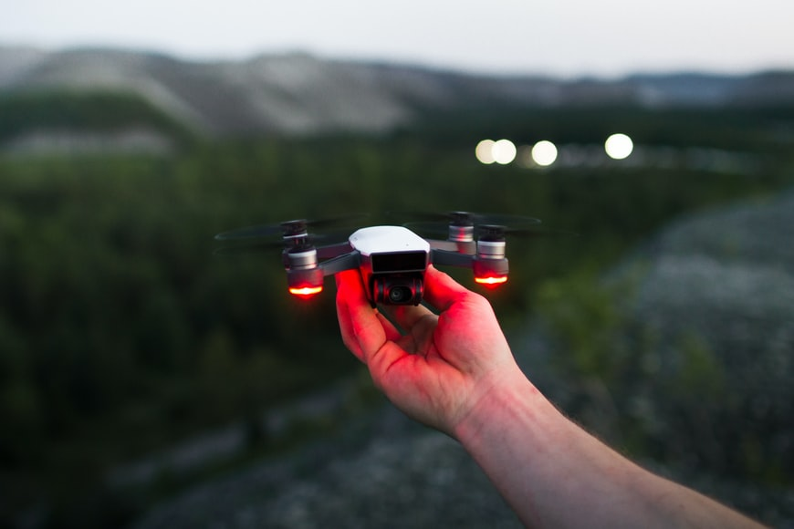Homem segurando drone