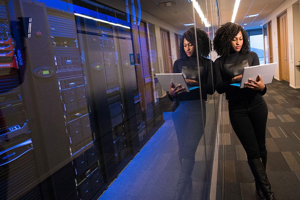 Empresas investem pesado em TI e segurança no Brasil, diz estudo