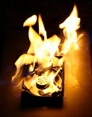 Atear fogo a um HD pode não ser uma boa forma de acabar com os dados