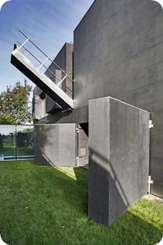 Detalhe da escada lateral.