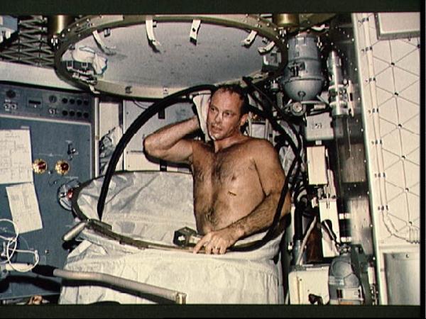 Resultado de imagem para banheiro dos astronautas