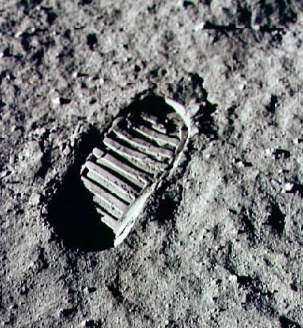 Pegada no homem deixada na Lua.