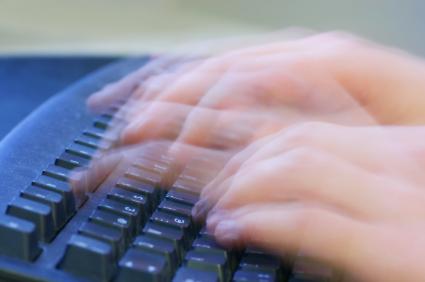 Escrever com rapidez é o objetivo do internetês