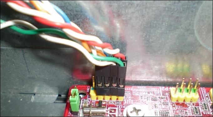 Fios power, reset e leds devidamente conectados na placa mãe
