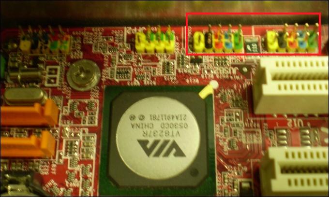Exemplo dos conectores para USB em uma placa mãe