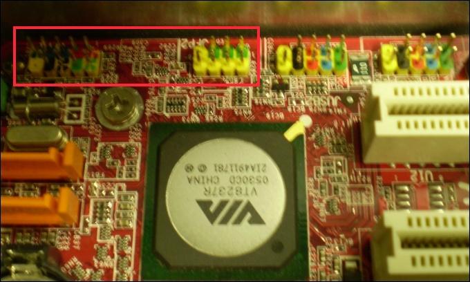 Imagem dos conectores frontais em uma placa mãe