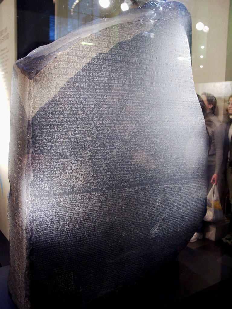 A Pedra de Roseta, registro em pedra de um texto antigo, é conservado por milênios até hoje.